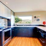 מטבח מעץ בצבע שחור